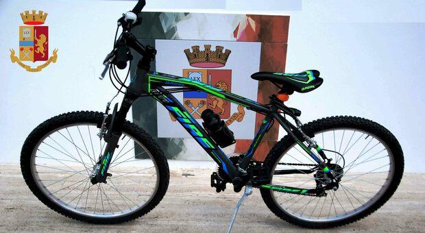 Fermo, ruba una bicicletta durante una festa di compleanno: ladro acciuffato grazie al video fatto col cellulare