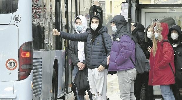 Pesaro, non c'è posto sugli autobus scolastici: si allontana l'obiettivo del 70% di studenti in presenza