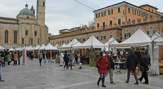 Piazza del Popolo con il mercatino dell'antiquariato