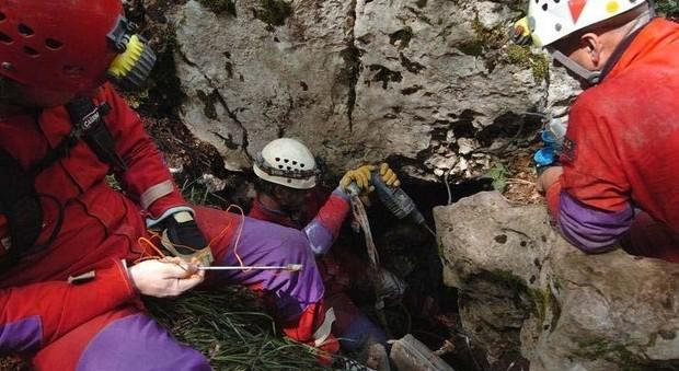 Tre speleologi bloccati nella grotta allagata: due estratti vivi, c'è un marchigiano. Il terzo è disperso