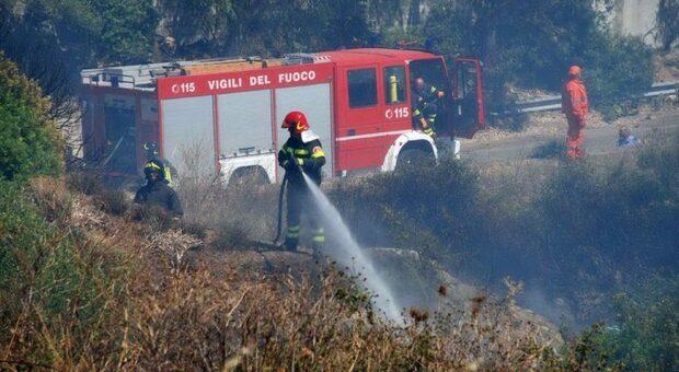 Vasto incendio minaccia il centro storico del borgo, evacuate alcune famiglie
