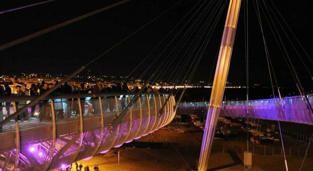 Pescara, ragazzo si butta in mare dal ponte: poliziotto lo tuffa e lo slava