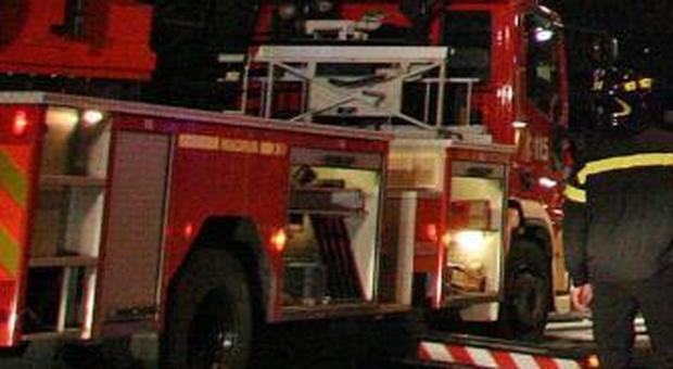 Ascoli, auto distrutta dalle fiamme nella notte: sull'incendio l'ombra del piromane