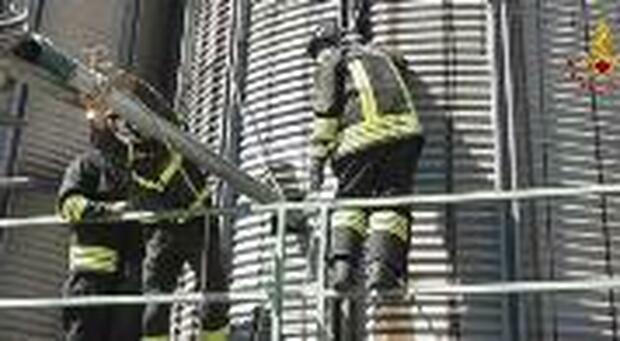 Scoppia l'incendio nel silos, i vigili del fuoco lo svuotano prima che accada il peggio