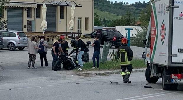Si schianta con la moto contro un'auto in zona industriale, trasferito in eliambulanza a Torrette, è grave