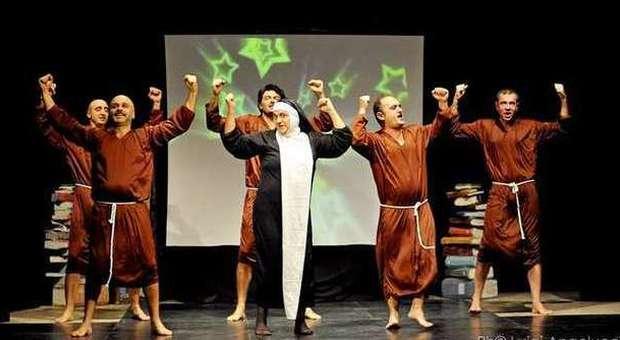 Gli attori del San Costanzo Show in abiti da frati e da suora Rosa