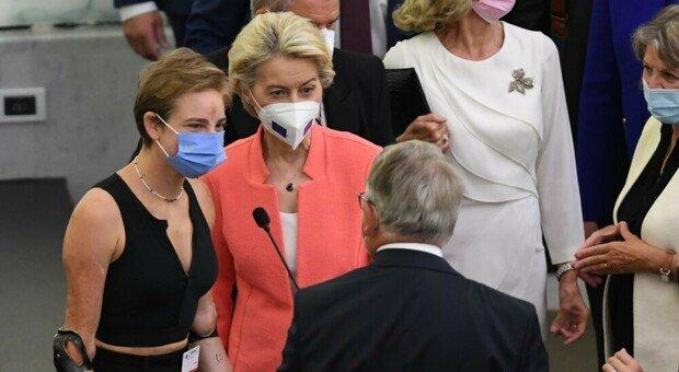 Bebe Vio ospite al Parlamento Ue. Von der Leyen: «Rischiava di morire, è una leader». Lungo applauso