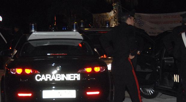 Fabriano, armato di forbici rapina due donne, ma poi perde il cellulare: arrestato il bandito distratto
