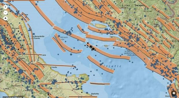Le faglie sismogenetiche dell INGV rappresentate con fasce di colore arancione, i terremoti del 27 marzo con stelle nere e i terremoti avvenuti tra il 1900 e il 2006 con cerchi azzurri