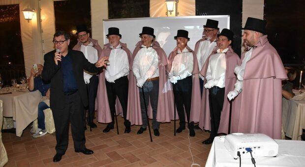 L attore Giorgio Gobbi (in nero) e i sette soci fondatori dell associazione