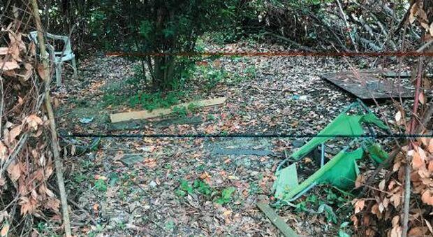 Materiale abbandonato vicino alla scuola: gli interventi mancano da tempo