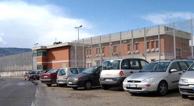 In possesso di una lametta minaccia guardie carcerarie: detenuto tiene in scacco gli agenti penitenziari per 12 ore
