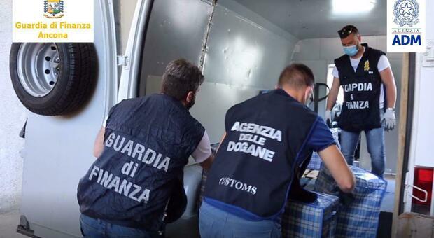 Ascoli, nascoste in mezzo ai pellet sigarette di contrabbando per 300mila euro: 3 arresti e maxi sequestro
