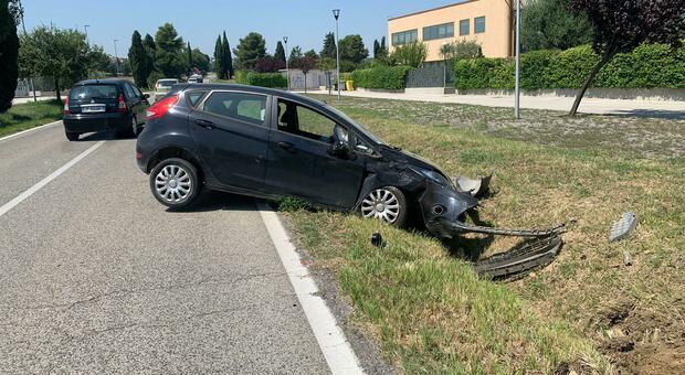 Monsano, l'auto prende un tombino, parte in  testacoda e finisce nel fossato: ferita la conducente