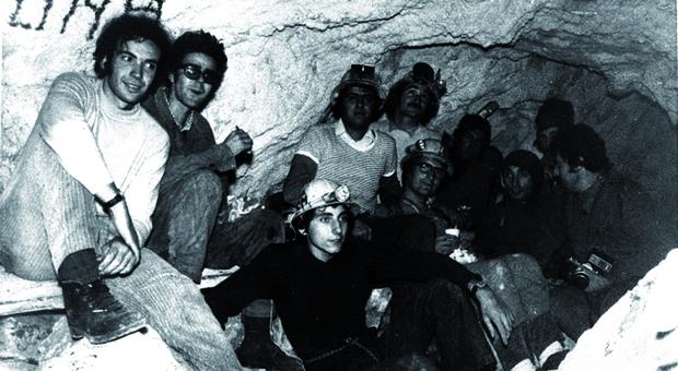 Gli speleologi del Cai di Ancona che scoprirono il 25 settembre del 1971 la Grotta Grande del Vento grazie a una fessura alta appena 20 centimetri