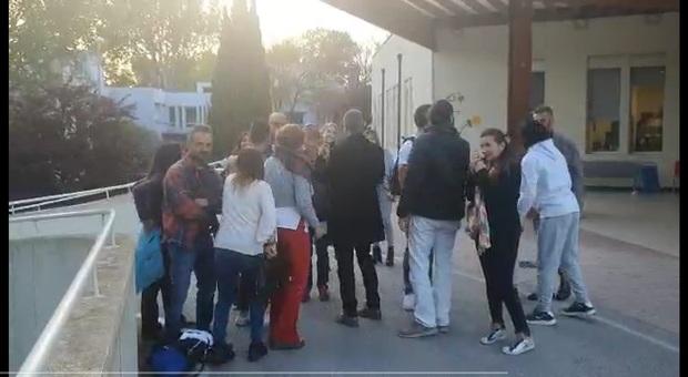 I manifestanti no mask davanti a psichiatria di Muraglia di Pesaro