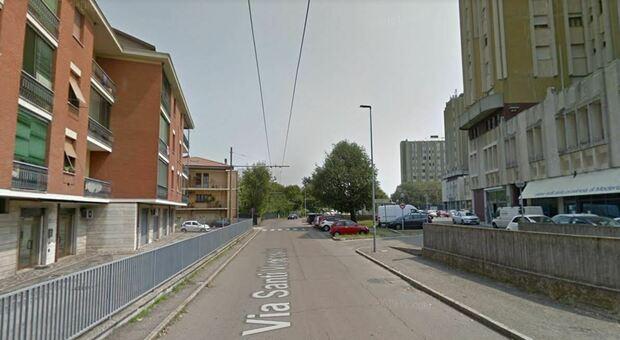 Modena, 28enne investita due volte in dieci minuti: prima a piedi e poi in bici. È grave