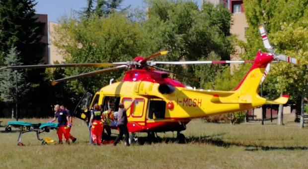 Betoniera precipita per 30 metri: autista di 54 anni schiacciato nella cabina