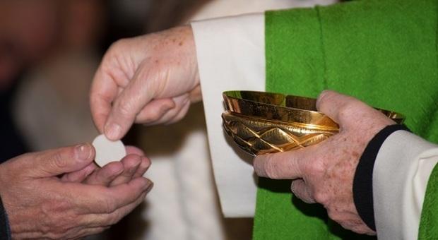 Monteprandone, Comunione negata perché è inginocchiato: il fedele non ci sta e chiede udienza al vescovo