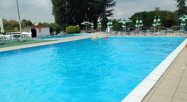 Bimbo di tre anni cade in piscina e muore annegato