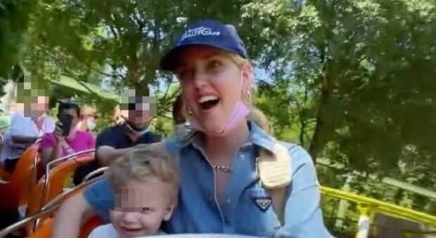 Chiara Ferragni a Gardaland con il piccolo Leone. Ma i fan notano un dettaglio inquietante : «Com'è possibile?»
