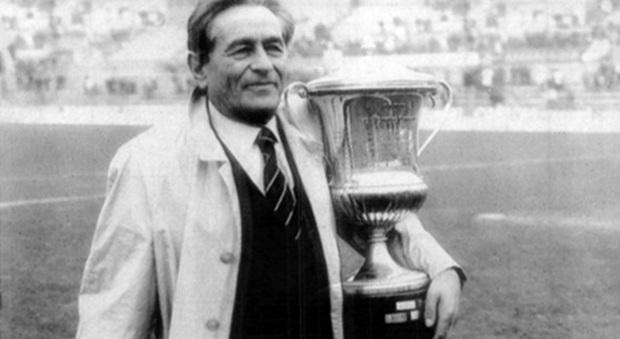 L indimenticato presidente Costantino Rozzi con la Mitropa Cup vinta dall'Ascoli