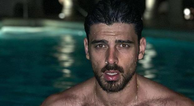 Michele Morrone nudo sul set, la foto rubata fa il giro del web. Lo sfogo dell'attore: «Invasa la mia privacy»