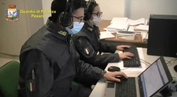 Pesaro, il piano di risanamento è un bluff tra case sparite e lingotti: lo sceneggiatore e la produttrice tv truffati dal promotore finanziario