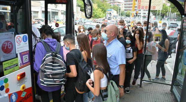 Gli studenti alla fermata di un autobus ad Ancona