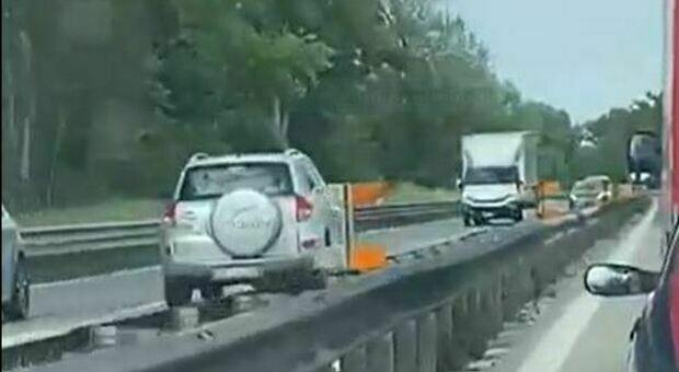 Auto contromano sulla superstrada, chilometri di terrore e schianto da brividi. Traffico bloccato