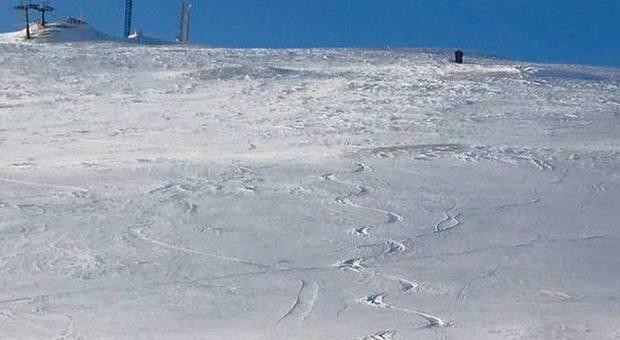 Una serpentina fatta all'alba sulle nevi di Sarnano