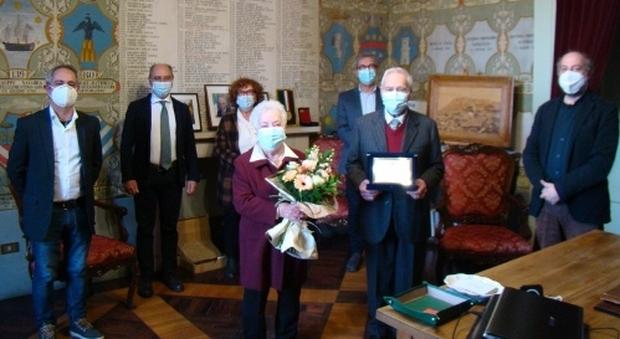 Prima il vaccino, poi la festa in Comune per i 70 anni di nozze: omaggio del sindaco a Italo e Silvana