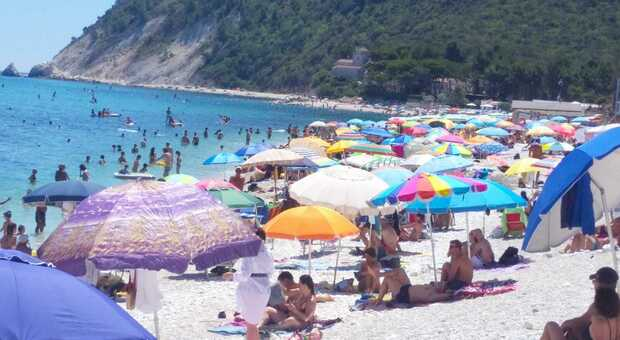 Spiagge libere prese d'assalto a Portonovo