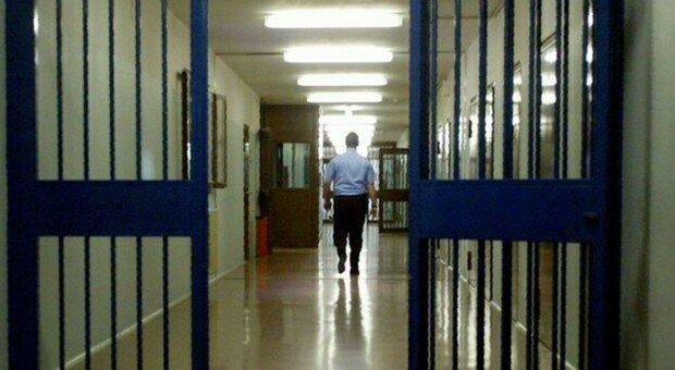 Ascoli, il detenuto lo colpisce al volto con una stampella: guardia carceraria in ospedale