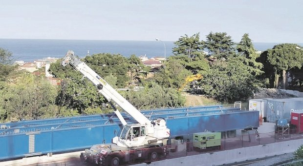 Porto San Giorgio, una notte di lavori con l'autostrada chiusa, ma finalmente il quartiere riavrà il suo cavalcavia