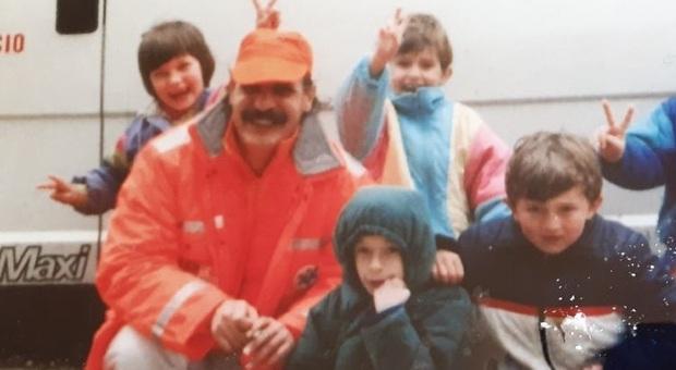 Carlo Gianfranco Pigliacampo durante un missione con alcuni bambini