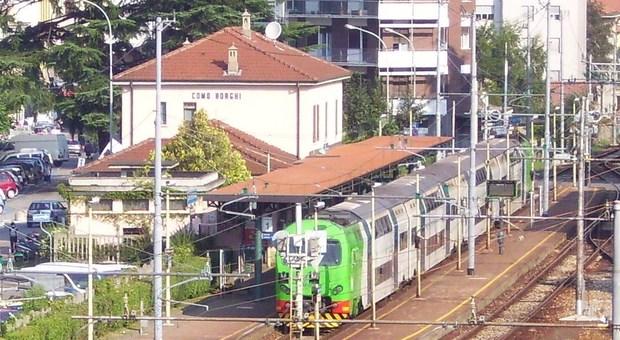 Travolto da un treno, muore un ragazzo di 23 anni: si è tolto la vita sdraiandosi sui binari