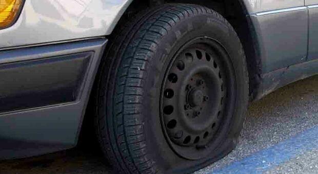 Pesaro, bucano le gomme per ripulire le auto dei proprietari distratti: ladri seriali incastrati da una vittima