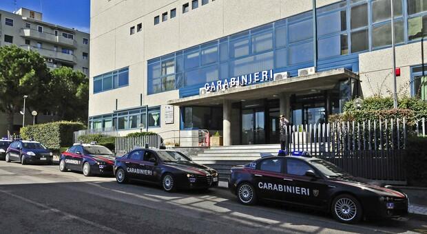 Pesaro, rivuole il cellulare sequestrato e prende d'assalto la caserma dei carabinieri: «Bruciate tutti»