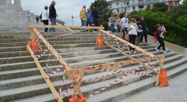 La scalinata del monumento danneggiata