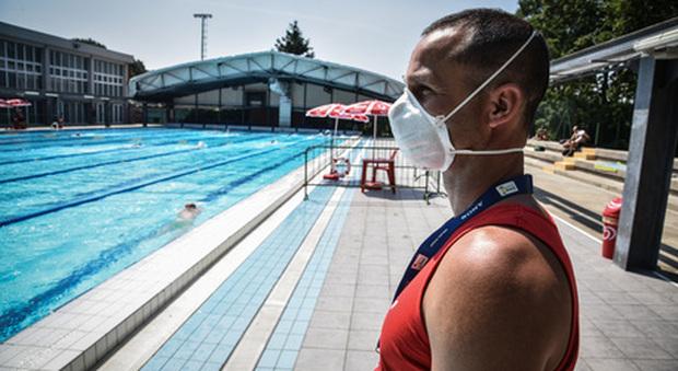 Modena, ragazzo di 15 anni si tuffa in piscina e muore: «Un colpo alla testa o un malore»