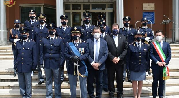 Le autorità con i poliziotti che hanno ricevuto i riconoscimenti in occasione della Festa del 2 Giugno