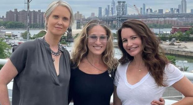 """Sex and The City, Sarah Jessica Parker e la foto con """"le ragazze"""". Critiche sul web: «Charlotte è irriconoscibile»"""