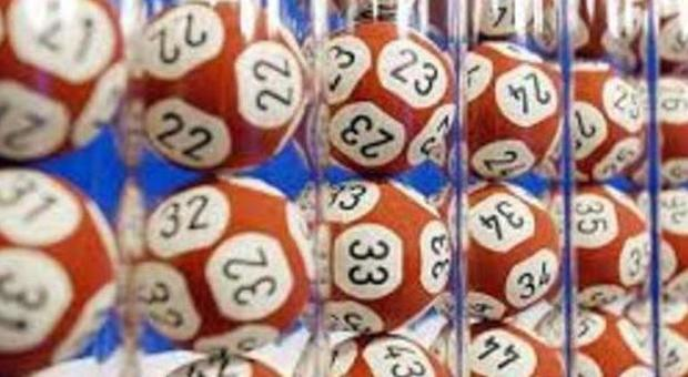 Lotto, la prima estrazione del 2016 e i numeri vincenti del Superenalotto