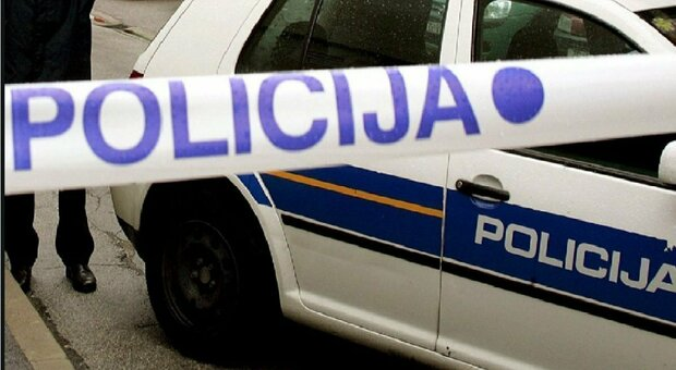 Strangola i tre figli di 4 e 7 anni mentre dormono e poi tenta di uccidersi: arrestato consulente finanziario