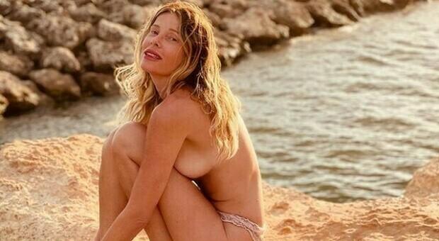 Alessia Marcuzzi, la foto senza reggiseno su Instagram fa impazzire i social: «Mio marito mi ha detto spogliati »