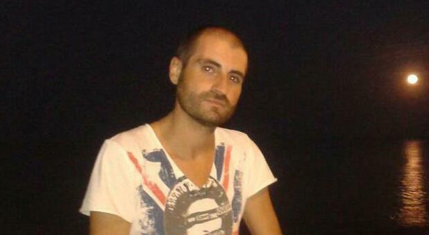 Barista 47enne ucciso nella sua abitazione, il Ris: «Fatale un colpo alla testa»