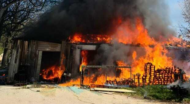Divampano le fiamme nelle campagne di Matelica, distrutto un capannone