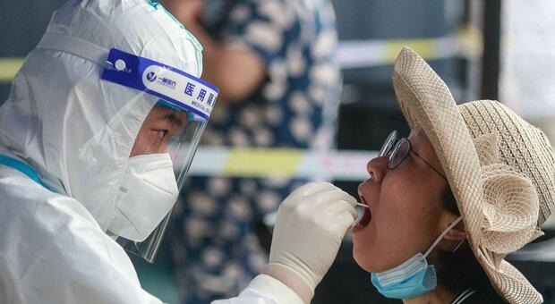 Variante Delta, tornano i contagi a Wuhan: test su 11 milioni di abitanti, scuole restano chiuse in Cina