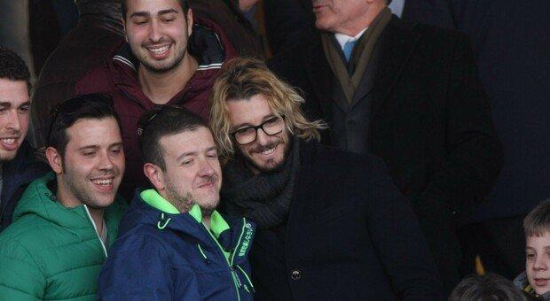 Federico Balzaretti in tribuna insieme ad alcuni tifosi